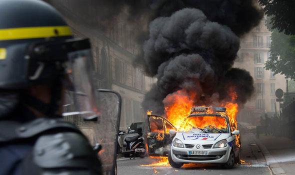 Muslim Mob Attacks Police in Paris